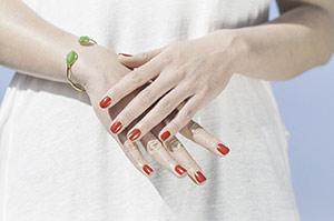 Медсестре и врачу с длинными ногтями и лаком на них нельзя работать с пациентами